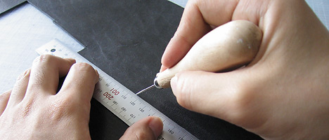 """革に線を引く /><br /> <span class=""""notes"""">革に線を引く</span><br />  <br /> 革包丁などという専門用具があるらしいですが、そんなものはもっていないので、カッターで切り出します。使い慣れてるもんね。<br /> <img src="""