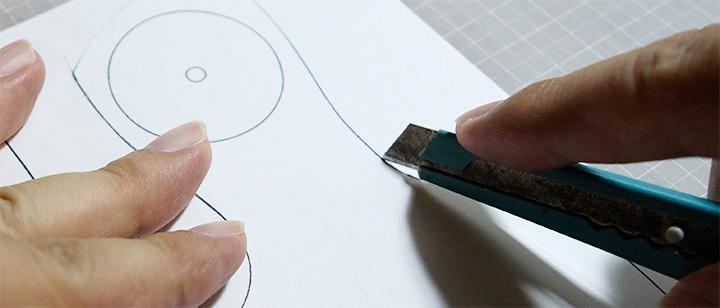 レザークラフト型紙を切る