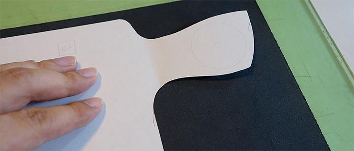 レザークラフト型紙を革に合わせる